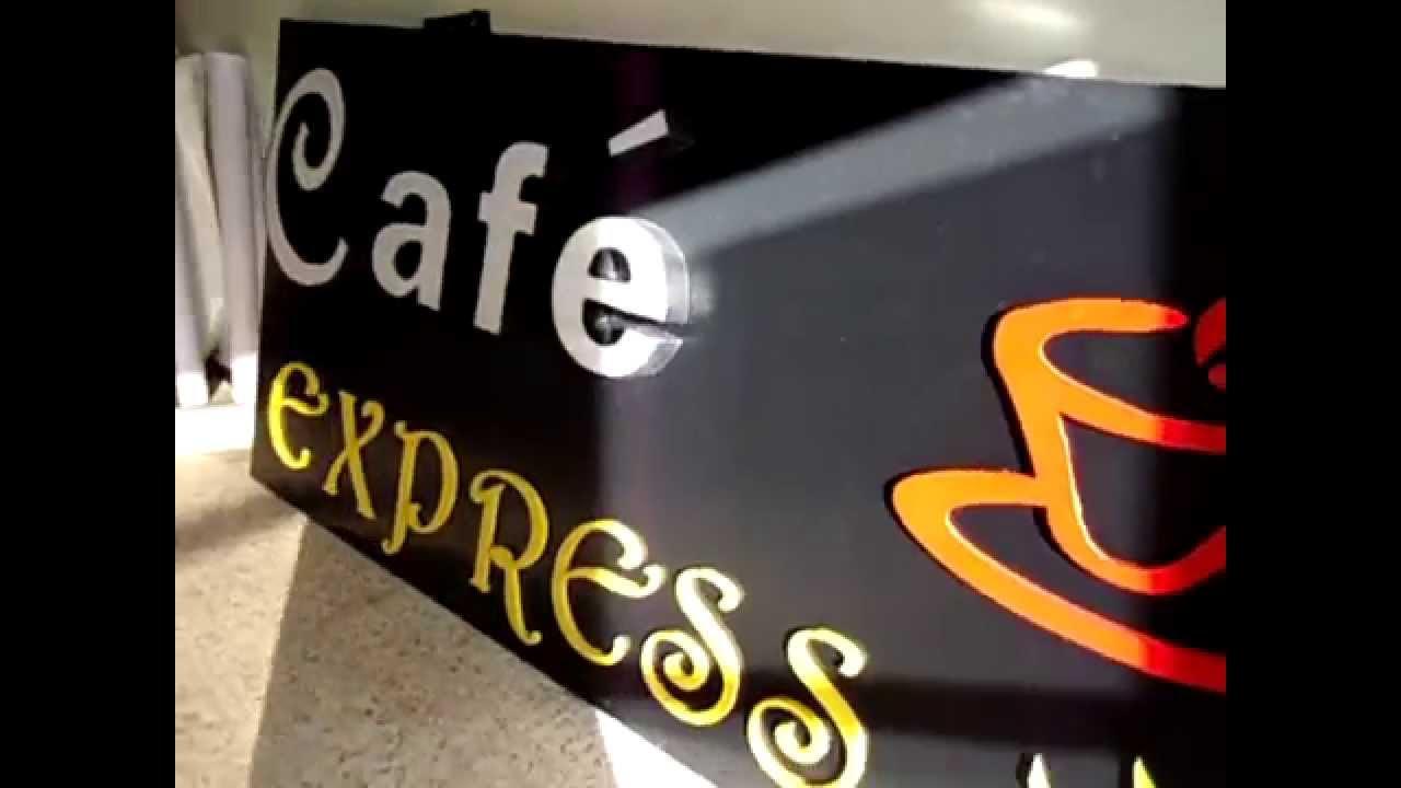 Светещи букви на черна табела - външна реклама