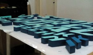 Изработка на обемни букви от фибран неоцветени