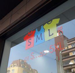 Монтаж на реклами със залепяне на стикери от фолио по стъклата на магазин