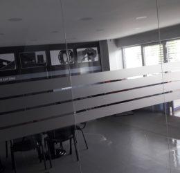 Матиране на стъкла за офис брандиране