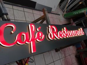 Светеща реклама за кафе ресторант с букви