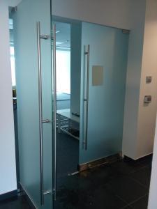 Фолиране на врата в бизнес център с пясъчно фолио
