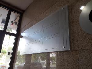 Информационно табло за офис сграда с дистанциране от стената