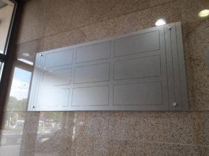Стъклена табела за бизнес сграда с полета за фирмени стикери