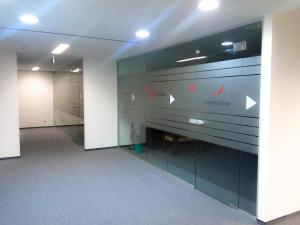Брандиране на стъкла в офис